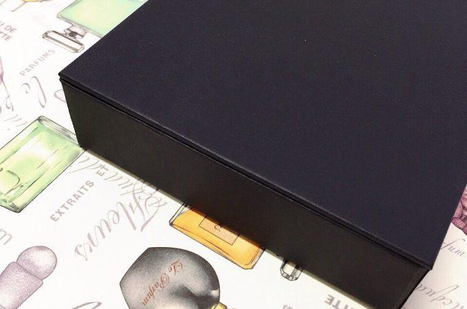 フタの部分にマグネットを埋め込んだ箱。